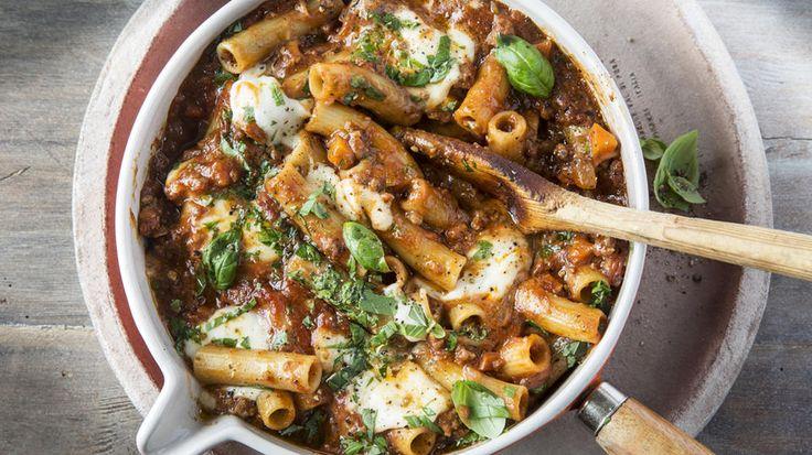 """""""One pot pasta"""" - Prinsippet er at mange gode smaker får koke sammen til noe enda bedre. Altså, du har alle ingrediensene i en gryte, inkludert ukokt pasta, og lar det koke til pastaen er (nesten perfekt) kokt og væsken redusert til saus. Pastaen suger til seg smak underveis i kokingen og alt blir ferdig samtidig.  Denne gryten er med deilig kjøttsaus."""