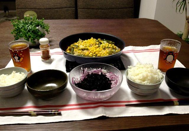味噌バター焼の野菜は、じゃがいも・玉ねぎ・キャベツ・ピーマン・コーンの順に乗せました。味噌がチョット焦げるくらいが美味しいですよ。(^ ^)b - 6件のもぐもぐ - 鮭と野菜の味噌バター焼、ひじきと紫玉ねぎのサラダ by pentarou