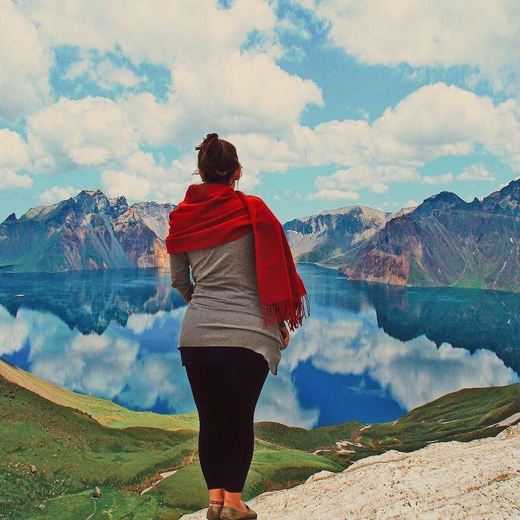Foram 27 horas dentro de um trem algumas caronas 1365 degraus subindo para mais de 2 mil metros de altitude inúmeras tentativas frustradas de se comunicar através de mímicas e muitas pessoas dizendo que era loucura tentar ir até lá. Isso tudo para nossa colunista expert em perrengues @patchinpixels conseguisse passar algumas horas admirando este pedaço de paraíso que se divide entre a China e a Coréia do Norte.  Este é o Heaven Lake um lago que se formou dentro de uma cratera vulcânica no…