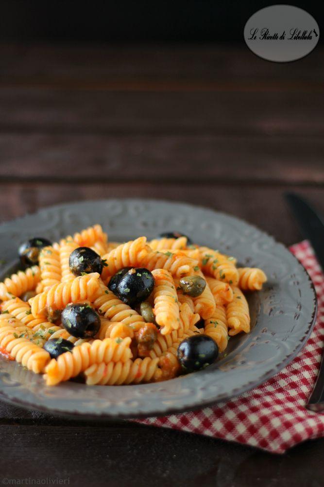 pasta con crema di peperoni, olive e capperi