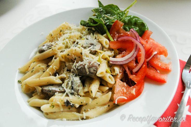 Penne pasta med kycklingfile, svamp och grädde
