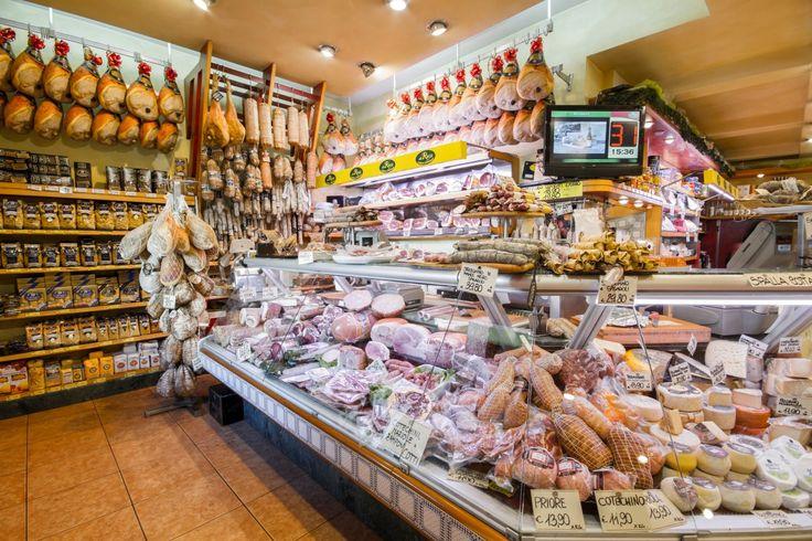 Alla Rocca, #Parma   Otre ad una vasta gamma di salumi e formaggi di ogni genere italiani e non, innumerevoli etichette di vini e champagne, olio e aceto balsamico di diverse marche e provenienze, l'adiacente cucina produce piatti della tradizione parmigiana per l'asporto e eventi esterni.