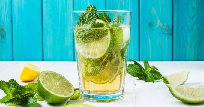 Le Mojito, c'est tout simplement LE cocktail préféré des Français en soirée! Mais quand on veut le faire à la maison, on a parfois du mal à s'y retrouver entre les quantités de rhum, d'eau gazeuse, de sucre et de jus de citron...   Pas de panique: pour nous aider à toujours réussir des cocktails parfaits, CuisineAZ nous a trouvé une super astuce pour se souvenir des quantités exactes!