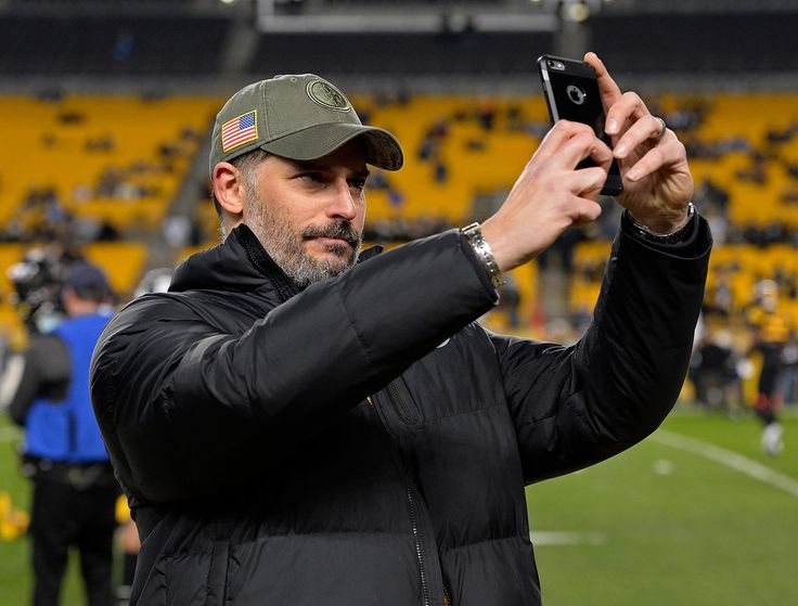 Joe Manganiello Photos - Actor Joe Manganiello takes a selfie on the sidelines before the game between the Pittsburgh Steelers and the Tennessee Titans at Heinz Field on November 16, 2017 in Pittsburgh, Pennsylvania. - Tennessee Titans vPittsburgh Steelers
