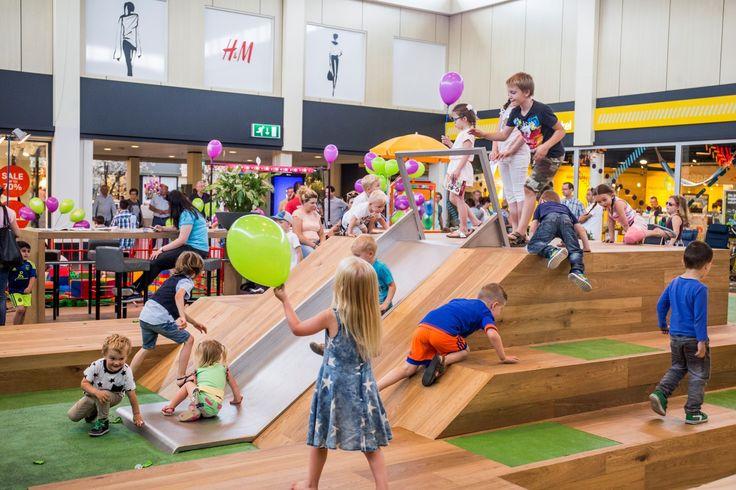 Zaterdag 9 juli was de opening van het nieuwe speelplein in het overdekte Winkelcentrum. Het speelplein op het middengedeelte heeft een glijbaan, klimrotsen, blokken, bankjes en een eyeplay. En het werd gelijk goed in gebruik genomen. Veel plezier!