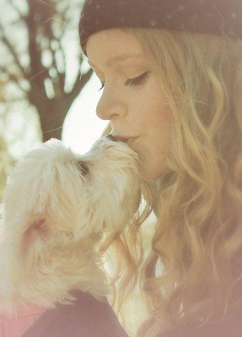 niña besando a su perro