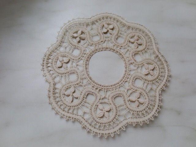 sakkoさんの作品。編み方も糸の選び方もとてもとても素晴らしい。葉っぱは往復をダブルで飾ってあります。見ていると幸せになります。011/20170306