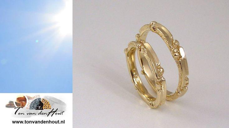 Edelsmid Ton van den Hout… …vangt liefde in goud.  Mooi? Fijne dag! ❤️☀️   #edelsmid #tvdh #handgemaakt #handmade #uniekhandgemaakt #edelsmeden #unique #ambacht #custommade #jewelry #sieraad #sieraden #goudsmid #jewels #jewellery #finejewelry #jewelrydesign  #handcrafted #trouwring #weddingrings #trouwen #wedding #weddingring #trouwringen #love #goud #gold #ring #handmadejewelry #nofilter