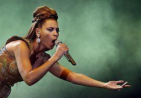 25-Aug-2014 6:17 - DOCHTER BEYONCÉ LAAT DANSMOVES ZIEN. De 2-jarige Blue Ivy kon het niet laten om mee te swingen op de liedjes van haar moeder. Tijdens het optreden van Beyoncé tijdens de MTV Music Video Awards kon Blue Ivy niet stil blijven zitten op schoot van haar vader Jay Z.