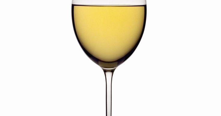 Como gravar um monograma em taças de vinho. Crie taças de vinho de grife gravando um monograma no vidro. Um monograma é uma combinação de suas inicias e as letras geralmente são organizadas com a primeira do último nome no centro e as primeiras letras do nome e sobrenome de cada lado. Desenhe o seu próprio monograma para gravar em um conjunto de taças de vinho para você mesmo ou para criar ...