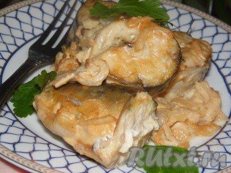 Очень вкусную и нежную скумбрию, запеченную в горчичном соусе, подавать со свежей зеленью и вашим любимым гарниром.