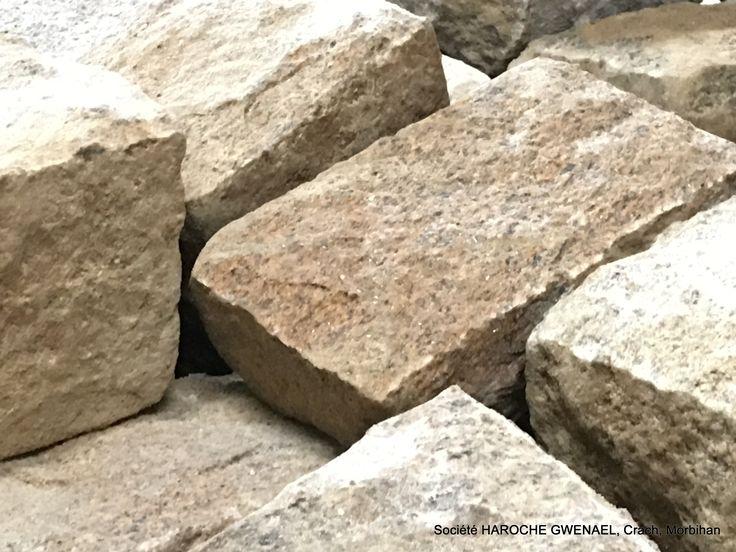 Pierre naturelle de granit d'Elven. Taillée par nos tailleurs de pierre professionnels. Elle est utilisée pour le parement pierre des murs extérieurs ou intérieurs, habillage de façades de maisons... #PierreNaturelle #Morbihan #maçonnerie #stonewall #granit #ParementPierre #MursExterieurs #MursInterieurs #decoration #house #maison #pierre #harochegwenael