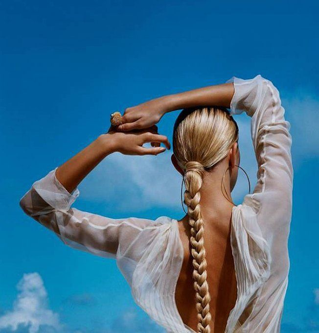 Longue tresse avec attache décorée de cheveux enroulés