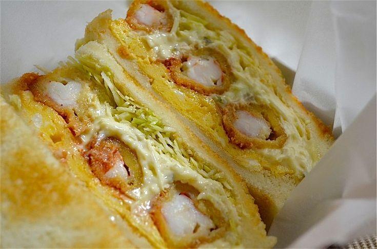 日本のほぼ中央に位置する5大都市の一つである「名古屋」。 味噌カツ・ひつまぶし・きしめん・手羽先・天むす、小倉トースト、どて煮、あんかけスパゲティなど、枚挙がないほどの魅力的なグルメに溢れる名古屋ゆえ、お土産も非常に充実している。 そんな「名古屋メシ」が有名な名古屋で、知る人ぞ知る絶品のお土産がある事をご存知だろうか。 それが今回ご紹介するコンパルのエビフライサンドだ。 実は名古屋駅にほど近い場所にあるコンパル・メイチカ店ではお持ち帰りサンドイッチが可能なため、グルメな方はこのサンドイッチをツマミ...