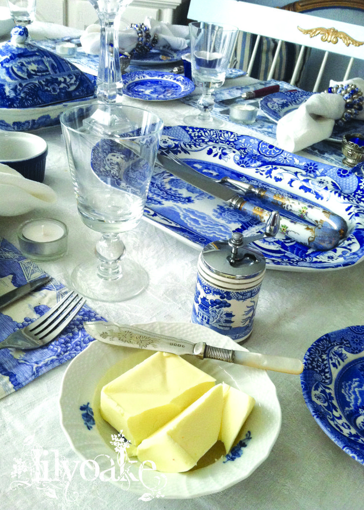 Holiday table at Elinor Cottage, set with Spode Blue ItalianBlue White Transferware, Tables Sets, Elinor Cottages, Italian Tables, Future Dining, Flowers Tablescapes, China, Spode Blue Italian, Holiday Tables