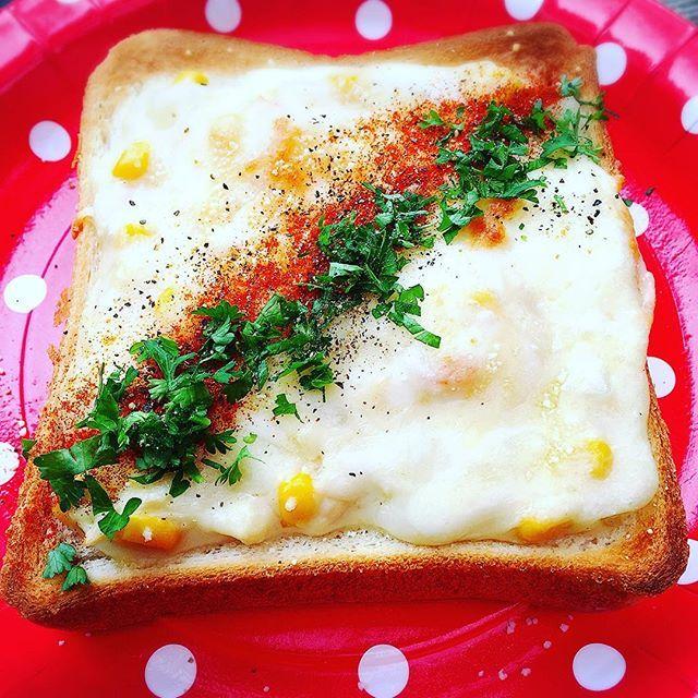 【ymiikkk】さんのInstagramをピンしています。 《#ぎゅうぎゅう焼きトースト 昨日からキャンプでお泊まりしてました✨ お友達にぎゅうぎゅう焼きトーストを披露✨🍞🍴 #グラタントースト 【作り方】 パンに切込みを入れてギュッと押して器を作る。 バターを塗り溶けるチーズをのせる。 エビとコーンのグラタンを詰める。 ピザ用チーズを乗せて焼く。 ブラックペッパー、パセリ、パプリカパウダーをトッピングして完成✨  #朝ごはん#朝ごパン#キャンプ#キャンプ場#鳴滝キャンプ場#鳴滝バンガロー#自然#山#森#和歌山#トースト#朝食#グラタン#料理#日々#暮らし #food#foodpics#instafood#camp#breakfast#goodmorning#cooking#toast#gratin》