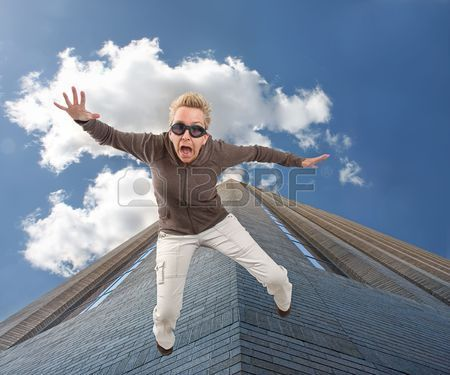 3554355-una-mujer-caerse-de-un-edificio-alto.jpg (450×375)