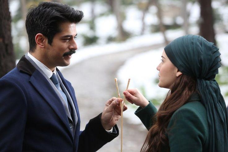 """Çalıkuşu 13. Bölüm """"Ladesim lades"""" - это игра для турецкого народа. Женщина не должна ничего брать у мужчины, когда он ей предлагает она должна сказать """"aklımda"""" - Я помню. Если что-то возьмет (не сказав """"aklımda""""), то проиграет."""