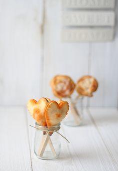 PIRULETAS DE APERITIVO    Dos láminas de hojaldre, pasta brisa, pasta quebrada,…  Relleno elegido: salmón ahumado, queso crema y rúcula, foie y cebolla caramelizada, sobrasada con miel,…  Cortapastas  Palitos de helado, brochetas,  o palitos de piruleta. Si son de madera, y los vamos a hornear, mejor mojarlos en agua antes de meterlos en el horno.