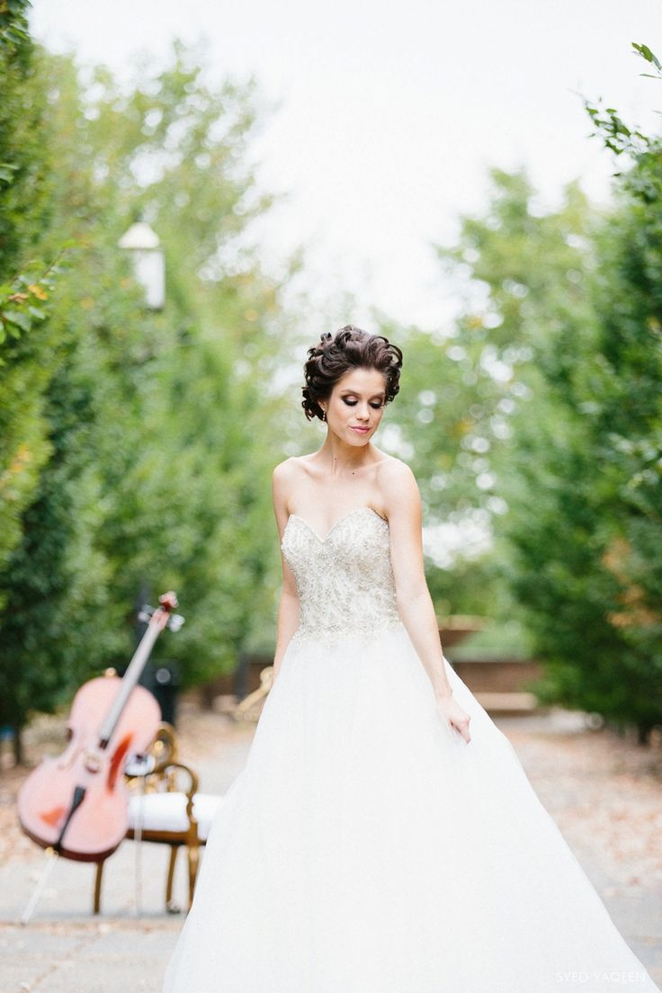 Tight curls and dramatic bridal makeup were used to create this look. | SY Photography