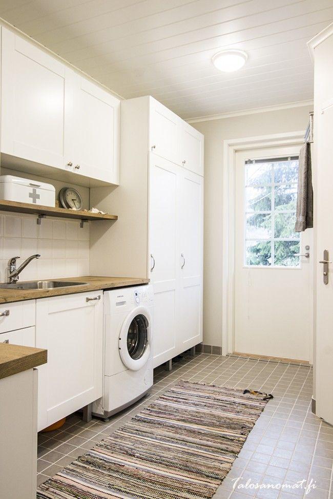 Kodinhoitohuoneen kaappien ovet ja vetimet.