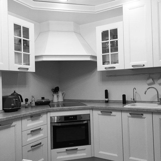 Кухни окрашенные в светлые или темные цвета фасады, с выраженной фактурой дерева. Легко комбинируются с аксессуарами самых разных стилей — от традиционных классики и кантри до современных эклектики или лофта.  Мы предлагаем: 🔸Профессиональный дизайн-проект 🔸Изготовление кухни на заказ для нестандартных помещений.    #кухнямечты #ремонткухни #кухнядизайн #красиваякухня #купитькухню #кухнииталии #проекткухни #заказатькухню #новоселы #мебельизмассива #кухнямосква #кухняклассика #любимаякухня…