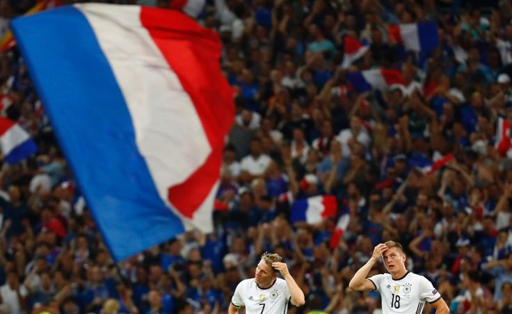 Deutschland spielte im EM-Halbfinale teilweise sehr gut, verlor aber gegen Frankreich. Der Gastgeber profitierte von einer ungeschickten Aktion Schweinsteigers. Alles Wichtige zum Spiel.