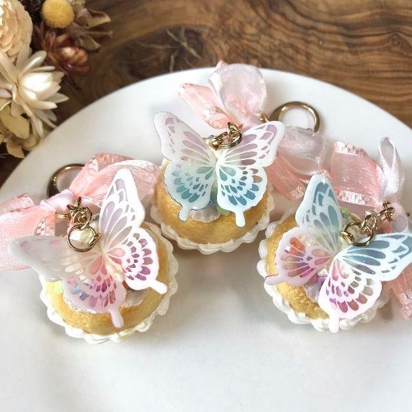 お花畑をイメージしたカップケーキに、プラ版の蝶々をのせました。樹脂粘土とプラ板を組み合わせた新しいデザインのフェイクスイーツです!蝶の羽の色が3パターンあり、こちらは紫とピンクの羽の蝶を乗せたカップケーキになります。※カラー違いは別カートにございます。●カラー:紫、ピンク●サイズ:直径4.5㎝ 高さ 4㎝ キーホルダー7.8㎝●素材:樹脂粘土、プラ板●注意事項:細かいパーツがございます。小さなお子様のいらっしゃるご家庭では誤飲にお気を付けください。気を付けて作成しておりますが、ひとつ、ひとつ手作りの為、パーツによっては指紋等残ってしまう場合がございます。ご理解いただけますようお願いいたします。●作家名:Premier#メルヘン #ゆめかわ #可愛い #ゆめかわいい #キラキラ #ファンシー #ガーリー #ロリータ #乙女 #甘ロリ #フェイクスイーツ #スイーツデコ #おいしそう #美味しそう #フェイクフード #本物っぽい #ミニチュア食品 #食べたくなる #樹脂粘土 #リアル #食べ物 #アクセサリー #ハンドメイドフェイクスイーツ #バッグチャーム…