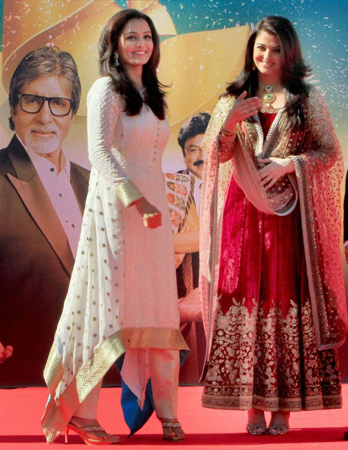 Dec 26, 13: Manu Warrier and Aishwarya Rai (in a red velvet http://www.Sabyasachi.com/ Anarkali) inaugurating Kalyan Jewellers Store in Dubai