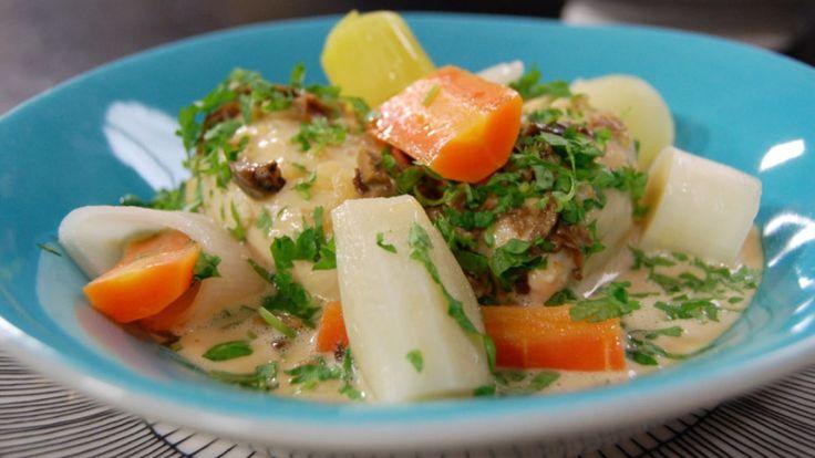 Elegante, franske fiskeboller, såkalte queneller, posjeres i grønnsakbuljong og serveres med en kraftig soppsaus.