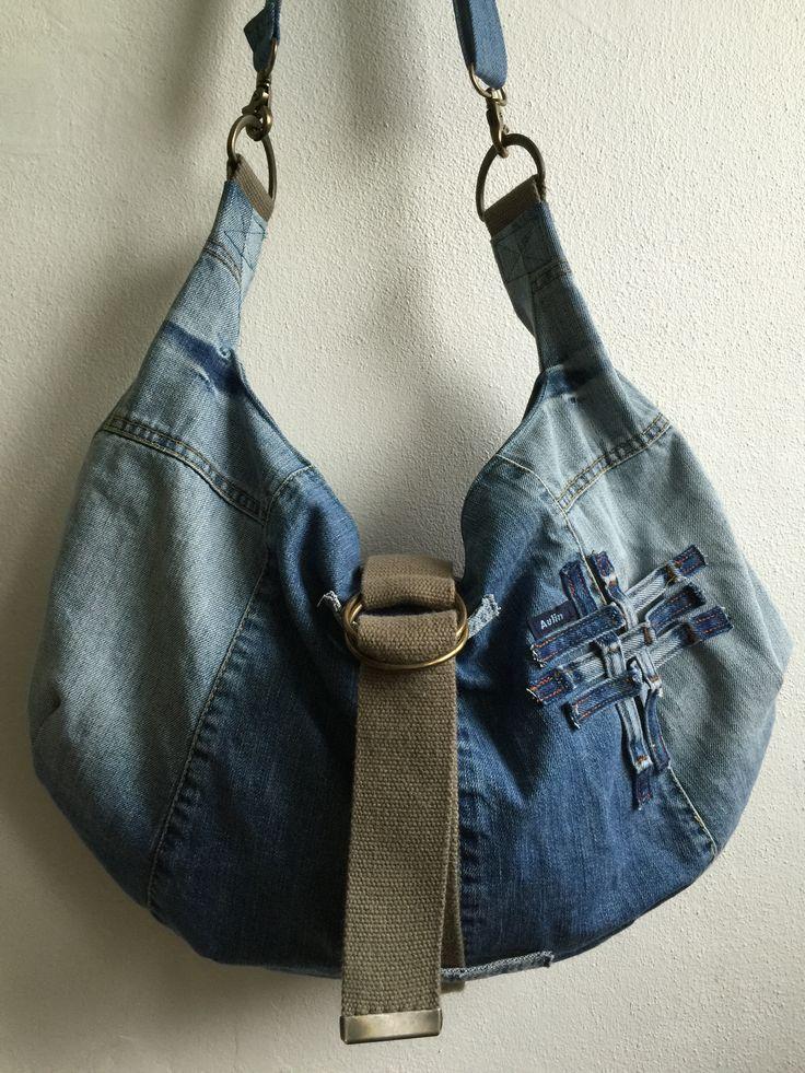 Taske lavet udelukkende af genbrugsmaterialer. Det ydre er lavet af stof fra en denimnederdel, et par cowboybukser og et bælte. Foret er en herreskjorte og lynlåsene og metalspænderne er fra en gammel, grim taske. Voila.