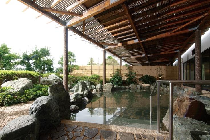 昼間は開放感バツグンの露天岩風呂。