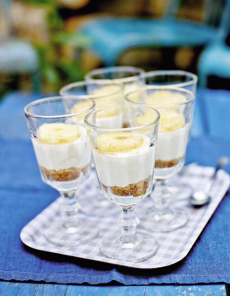 Recette Cheese cake à la cuillère comme un tiramisù : Mixez les biscuits avec 50 g de beurre, tassez cette pâte au fond de 6 verres et mettez au frais.Epluc...