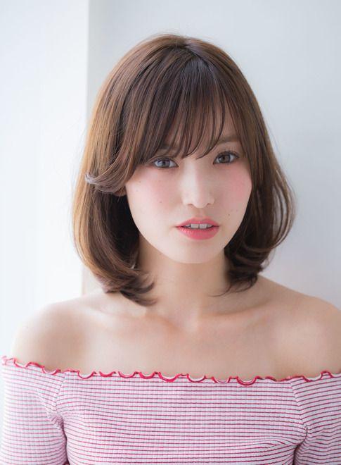 斜めに流れるシースルー前髪が小顔効果を期待できます。丸みのあるシルエットが可愛らしさを表現します。