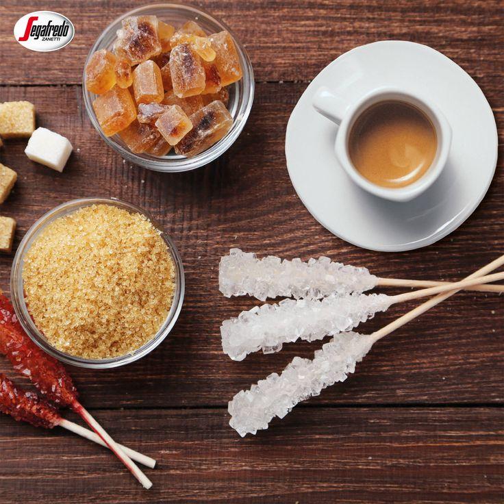 Czy wiecie, że kawę można słodzić na kilka różnych sposobów?  Alternatywą dla białego cukru może być wariant brązowy, kandyzowany, cukier-puder, miód czy stewia!  A Wy czym najczęściej słodzicie? #segafredo #kawa #cukier #miód #słodzenie #coffee #sugar #honey #sweetcoffee