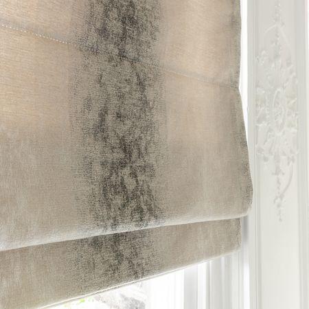 Fijn geweven meubelstof met een klassiek Ombre dessin. Zeer geschikt voor meubelstoffering maar ook gordijnen en roman blinds.