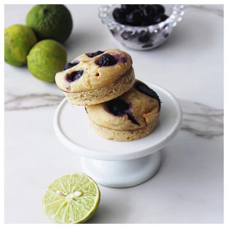 A veces los snacks son como: no sé qué comerrrrr ! Estos muffins con proteína vegana me salvan por varios días ! Ingredientes: ✅ 4 tbsp de harina de coco ✅ 2 tbsp de proteína (yo uso vega) ✅ 1 tsp de polvo de hornear ✅ 4 tbsp de leche de coco o la q usen en casa ✅ 2 tsp de aceite de coco ✅ 1/4 tsp de zumo de limón ✅ 1/4 taza blueberries  precalienta el horno a 180  en un bowl mezcla todos los ingredientes secos  y luego adiciona los ingredientes húmedos  en un molde introduce la m...