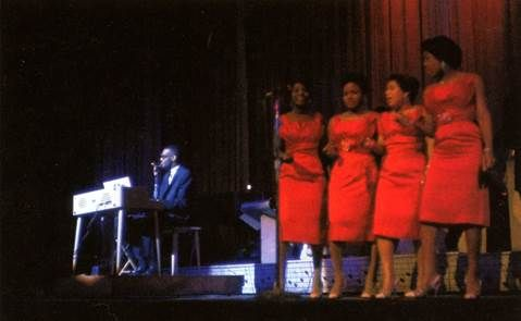 Ray Charles, playing his Wurlitzer at the Apollo in New York City, between April 22nd and April 28th, 1960. The girls from left to right (best guess:) Pat Lyles?, Margie Hendrix?, Gwen Berry, Darlene McCrea. Photo by William Claxton.