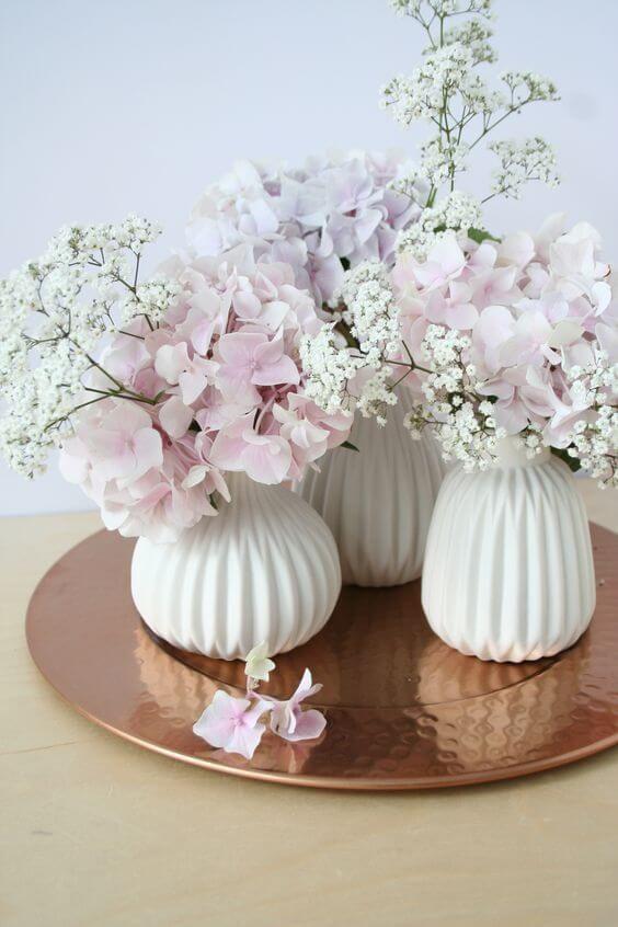 Lovely  DIY Deko Ideen zu Ostern wei e Vasen mit Hortensien und Schleierkraut Tischdeko