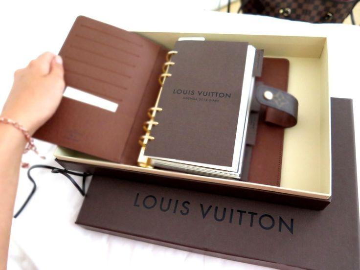 Kom på att jag inte visat denna fina studentpresenten! En Louis Vuitton agenda i monogram storlek MM. Kostar lika mycket som en väska haha men jag ÄLSKAR den och ska använda den föralltid. Den är såå himla bra och fin!<3 Det finns massa saker för kort, mobil osv så man kan typ