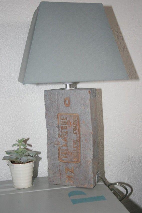 une brique ancienne en pied de lampe chapeau carr233 gris