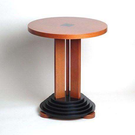 """Architectonische bijzettafel op """"gelaagde"""" ebonized voet. Houtsoort is beuken. De uitstraling van het meubel doet aan een Amphitheater denken! Dit beuken houten tafeltje is afgewerkt in Kersen.   Let ook op het Art Deco vierkante zwarte sjabloon in het midden van de tafel."""