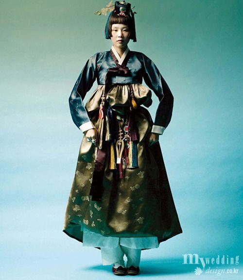 한복 hanbok, Korean traditional clothes  belted with visible shoes