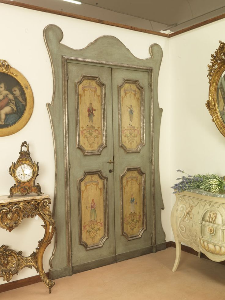 Riproduzione di una porta napoletana del '600 con cornici a mecca e dipinti raffiguranti personaggi del tempo. Realizzata in pioppo.