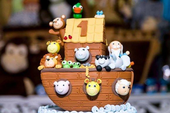 Topo de bolo Arca de Noé  Base acrílica de 15 cm de diâmetro forrada com biscuit  Altura aproximada: 19 cm  PRODUTO ORIGINAL ATELIÊ MÃOS À ARTE - DOCES ENCANTOS