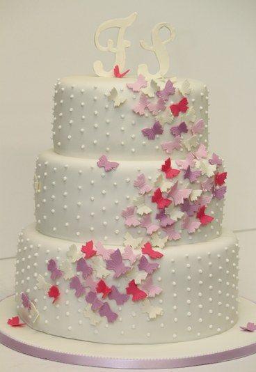 Hochzeitstorte in weiß mit Initialen und kleinen Schmetterlingen