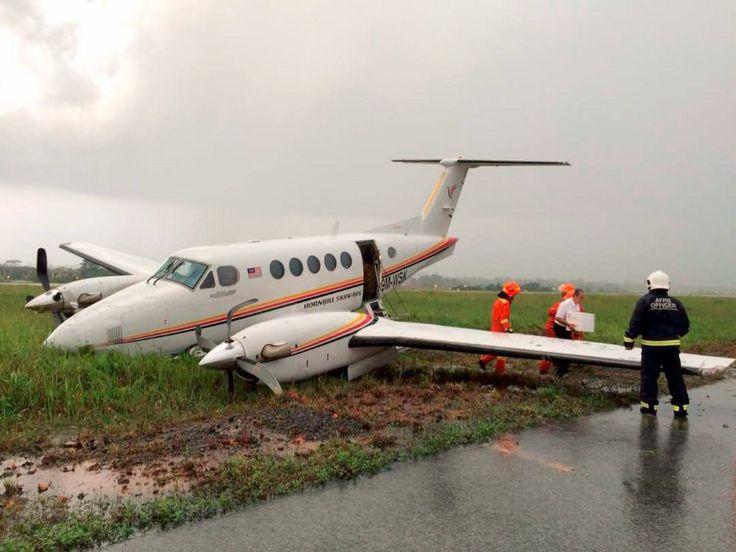 Pesawat bawa menteri tergelincir di Kuching   Sebuah pesawat eksekutif jenis Beechcraft King Air membawa kenamaan dilaporkan tergelincir dari landasan sejurus mendarat di Lapangan Terbang Antarabangsa Kuching (LTAK) di sini petang tadi.  Kejadian kira-kira jam 6 petang membabitkan pesawat milik Hornbill Skyways dari Mukah itu dipercayai berpunca akibat permukaan landasan yang licin susulan hujan lebat.  Sumber memberitahu BH ketika kejadian pesawat berkenaan membawa dua anak kapal seorang…