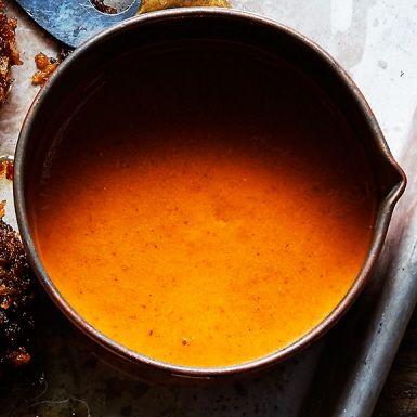 Olika sorters chili samsas med vitlök och choklad i den här tomatbaserade mexikanska kryddpasten. Molen är smakrik men inte allt för stark. Passar bra att blanda ner i färsbiffar eller grytor.