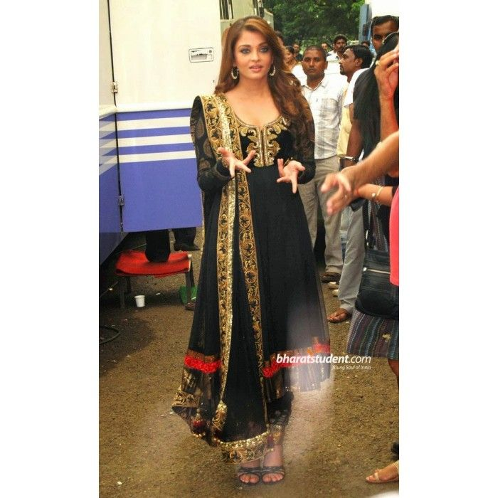 High-class Designed Salwar Suits wore by Bollywood actress Aishwarya Rai with pure viscose sleeve & matching chiffon dupatta.  For more : http://www.clickingo.com/replica-dresses/aish-in-black-anakarli-suit.html