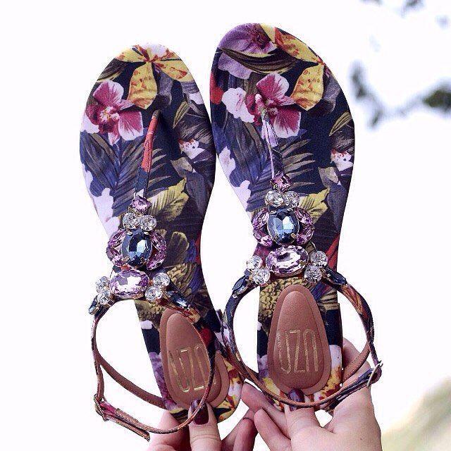 A nova coleção de verão Uza (@uzashoes) está disponível na #farfetchbrasil Este modelo estampado floral com aplicações fica ótimo para acompanhar dias ensolarados e para a noite um pretinho básico com pérolas! Confira todas as novidades no nosso site e escolha já o seu. #uzashoes #compreonline #flowers